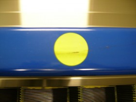 エスカレーターのハンドレールへの塗装